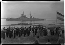 257-03 Toeschouwers bij de aankomst van de Russische kruiser Sverdlov ter hoogte van de pier in Hoek van Holland. De ...