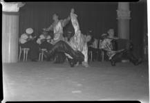 257-04 Optreden met dans en muziek door het Oostzeevlootensemble in de Rivierahal. De groep treedt op in verband met ...