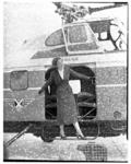 265 Op de Heliport staat een stewardess van de Belgische luchtvaartmaatschappij Sabena in de deuropening van een helikopter.