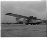 310 Watervliegtuig model Catalina met nummer N4938V staat op het terrein van vliegveld Zestienhoven.