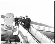 311-01 Burgemeester Gerard van Walsum en zijn echtgenote J.M. van Walsum-Quispel stappen uit een vliegtuig op vliegveld ...