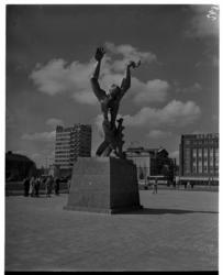 325 Monument 'De Verwoeste Stad' van beeldend kunstenaar Ossip Zadkine op Plein 1940 aan de Leuvehaven. Op de ...