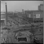 35-02 Werkzaamheden aan de metrolijn op de Coolsingel ter hoogte van het Beursgebouw. Op de achtergrond Vroom & ...