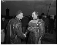 430-04 Reddingbootschipper Arend Brinkman (links) schudt de hand van de geredde bootsman van het Engelse schip Radmar. ...
