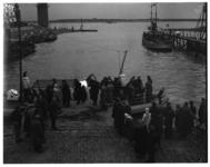 431-03 Reddingsboot President Jan Lels is afgemeerd in de Berghaven van Hoek van Holland met geredde opvarenden bij een ...