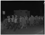 431-06 Opvarenden van de Belgische mijnenveger M927 lopen op de Stationsweg van de Berghaven naar het Fort, waar ze ...