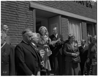 462-01 In het kader van de Opbouwdag brengt koningin Juliana een bezoek aan clubgebouw en logement De Jeugdhaven aan de ...