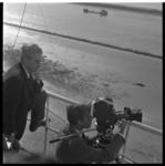 515-05 Filmploeg met Joris Ivens filmt langs de Nieuwe Waterweg bij de Noorderpier in Hoek van Holland. Ivens werkt aan ...