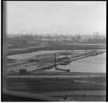 521-05 Uitzicht vanaf de PTT-toren richting westen. Op de achtergrond de Eemhaven en Shell Pernis.