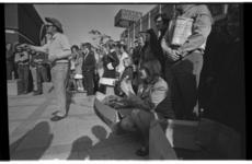 5412-06 Publiek in de Lijnbaan rondom een straatartiest. Op de achtergrond de winkel Focke & Meltzer N.V. voor ...