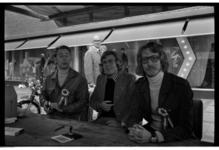 5412-09 Tijdens feestelijkheden zitten drie mannen in een kraam op de Lijnbaan voor modehuis Gerzon. Uit een serie over ...