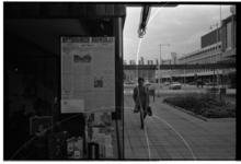 5415-01 Oude kranten van het Rotterdamsch Nieuwsblad hangen in de etalage van een winkel in de Lijnbaan. Rechts op de ...