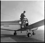 553-02 Fotograaf bij Piper-vliegtuig van vliegclub Rotterdam op het terrein van Luchthaven Zestienhoven.