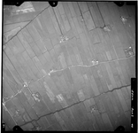 FD-4299-40 Verticale luchtfoto van de Holierhoeksche en Zouteveensche Polder met de Veenweg en de Nellyhoeve (midden) ...