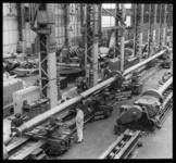 2008-2187-03 Een 26 meter lange schroefas op een draaibank in de machinefabriek van de Rotterdamsche Droogdok ...