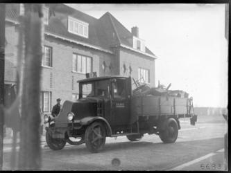 6683 Een vuilnisauto in Tuindorp Heijplaat.