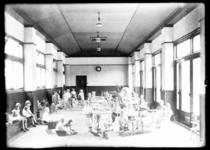 8287 Een speellokaal van de bewaarschool op Tuindorp Heijplaat.