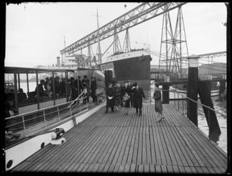 RDM-11856 Aankomst van genodigden voor de tewaterlating van onderzeeboot Hr.Ms. O24 (RDM-206) bij Rotterdamsche ...