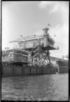 RDM-46698 Op de scheepswerf van de Rotterdamse Droogdok Maatschappij, RDM, aan de Nieuwe Waterweg staat ponton 7 met ...