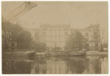 1969-2114 Zicht op het Ziekenhuis aan de Coolsingel. Vanaf het water genomen. In de singel liggen een aantal schepen in ...