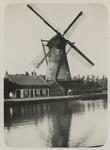 1969-262 Zicht op de Spangesekade met de Hoekmolen aan de Delfshavense Schie. De molen werd afgebroken in 1913.