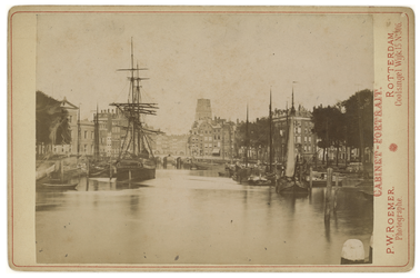 1969-381 Zicht op de Oudehaven met meerdere schepen erin. Op de achtergrond is de toren van de Laurenskerk te zien.