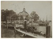 1970-2339 De Veerdam met op de hoek van de kant het Museum voor Land- en Volkenkunde. In het water liggen enkele schepen.
