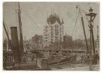 1970-2352 Zicht op de Oudehaven met in het midden het Witte Huis. Op de voorgrond ligt een schip met de naam 'Apeldoorn'.