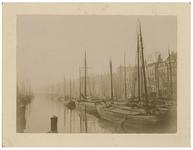 1970-2368 Zicht op schepen in de Leuvehaven, uit het noorden vanaf de Leuvebrug.