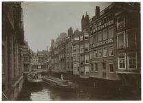 1970-2443 De Steigersgracht en de Toesteiger, gezien vanaf de Soetenbrug. Aan de rechterkant zit de zaak van E. Bleeker ...