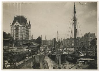 1970-2449 Zicht op de Oudehaven met aan de linkerkant het Witte Huis en rechts in de verte Hotel Weimar . Op de ...
