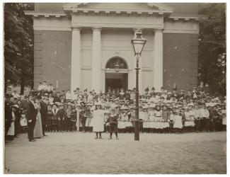 1970-2533 Grote menigte mensen bij de Hoflaankerk in Kralingen aan de Hoflaan. Veel kinderen aanwezig.