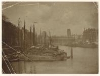 1970-253-a Zicht op de Leuvehaven uit het Zuiden met aan de rechterkant de Wolfshoek en op de achtergrond de ...