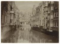 1970-256 Zicht op de Steigersgracht met aan weerszijden huizen. Linksachter is de Korte Hoogstraat en aan de ...
