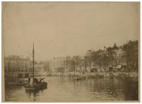 1970-259 Zicht op de Oudehaven met links Plan C en rechts de Spaansekade. In de haven enkele boten.