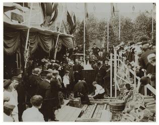 1970-830 Eerste Steenlegging van de Koninginnekerk aan de Admiraal de Ruyterweg door A.M.M. van der Willigen (12), J.C. ...