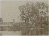 1971-106 Landtong in de Kralingse Plas, nu park Rozenburg, vroeger de buitenplaats van mevrouw Madri. Op de achtergrond ...