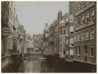 1971-2142 De Steigersgracht en de Toesteiger met aan de linkerkant Oostmeijer Regenjassen en Hotel Central, rechts ...