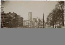 1971-310 Zicht op de Kolk met schepen in het water. Op de achtergrond is de Laurenskerk te zien.