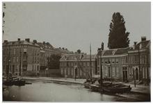 1971-322 De Schiedamsesingel vanuit het zuidoosten gezien. Op de voorgrond in de singel liggen enkele boten.