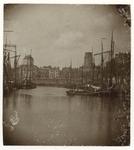 1971-332 Zicht op de Leuvehaven met schepen erin. Op de achtergrond is de Zeevischmarkt aan de Blaak en de Laurenskerk. ...