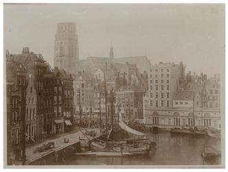 1971-399 De Kolk met een aantal schepen in het water. Op de achtergrond de Laurenskerk.