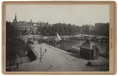 1971-710 Zicht op de Veerhaven met op de voorgrond het Westplein. In het water van de haven liggen enkele schepen.