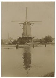 1975-1807 De Watermolen van de Bergpolder aan de Rotterdamse Schie. Links op de achtergrond, net zichtbaar, de wieken ...