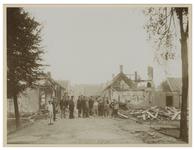 1975-270 Ruïnes na de brand op 12 en 13 augustus 1899 in de Bovenstraat te IJsselmonde. Op straat staan talloze mannen ...