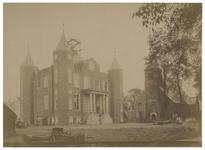 1975-274 Zicht op het kasteel van IJsselmonde en aan de rechterkant de Adriaan Janskerk aan de Benedenstraat.