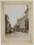 1975-276 Oostelijk gedeelte van de Dorpsstraat in IJsselmonde, bij de Bovenstraat. Op straat staan ouders met hun ...