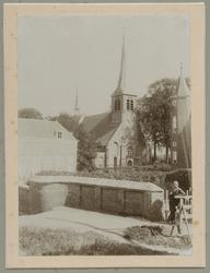 1975-278 De Hervormde Kerk van IJsselmonde aan de Benedenstraat. Rechts is het kasteel en links het Koetshuys.