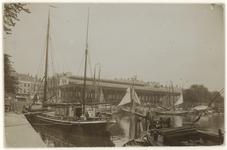 1976-118 Zicht op de Zeevischmarkt aan de zuidzijde van de Blaak, vanaf de Leuvehaven. Op de voorgrond een schip met ...