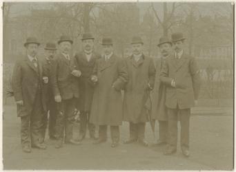 1976-1233 Hoofd en opzichters van de gasfitterij aan de Plantageweg: K. van Leeuwen. H. Klaase, N.J. Poulis (Hoofd), ...